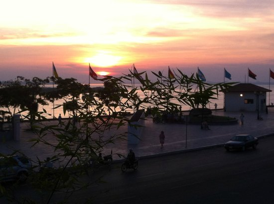 AMANJAYA Pancam Suites Hotel: Sunrise over mekong