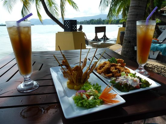 Novotel Samui Resort Chaweng Beach Kandaburi: meal and drinks overlooking the beach