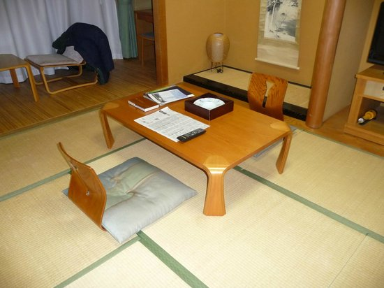 Hotel hakone Powell: Table and chairs on tatami area