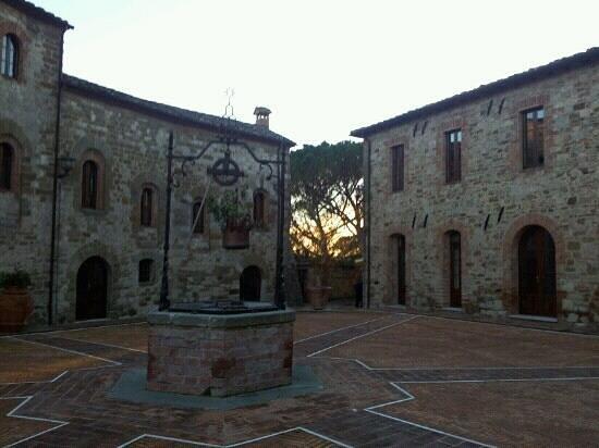 Castel Monastero: piazza