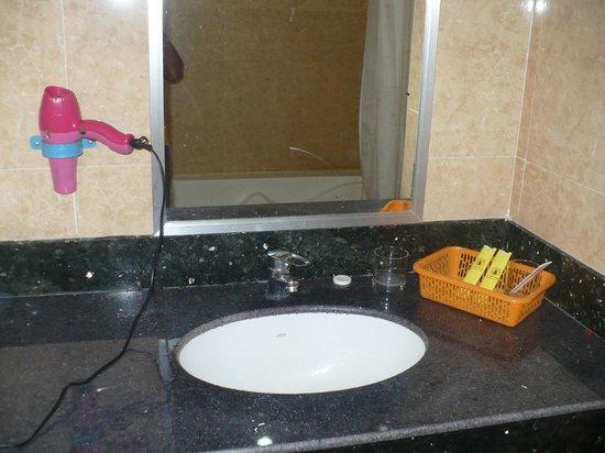 Parklane Hotel: Bathroom