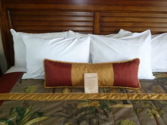 Outrigger Waikiki Beach Resort: pillows