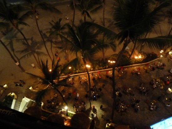 Outrigger Waikiki Beach Resort: Looking down at Dukes
