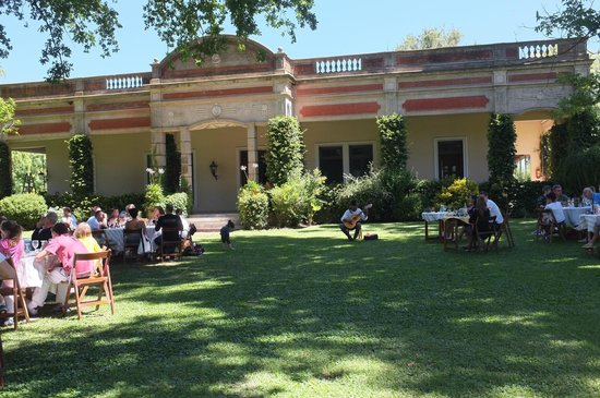 Estancia El Ombu de Areco: The beautiful grounds, a beautiful meal.