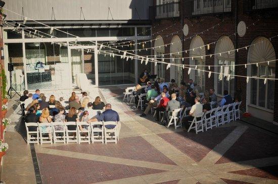 Magnolia Hotel Omaha: Courtyard #2