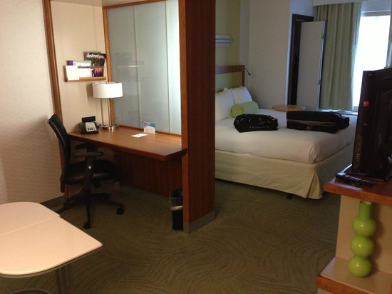 SpringHill Suites San Antonio Downtown/Alamo Plaza : Queen size bed and a nice desk area...
