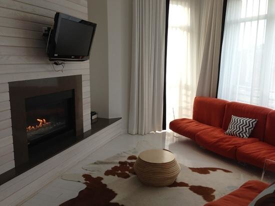 Bungalow Hotel: living room with fire place