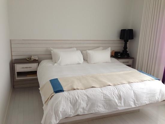 بونجالو هوتل: one of the beds 