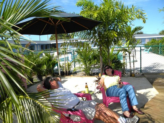 Park View Motel: Our Beach....comfortable and tropical, great place for a cocktail!!