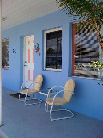 Park View Motel : Exterior patio w/ seating for two