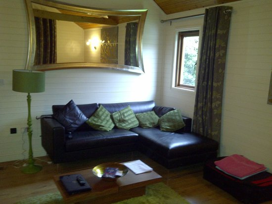 Tilford Woods Lodge Retreat: Daylight in the living room