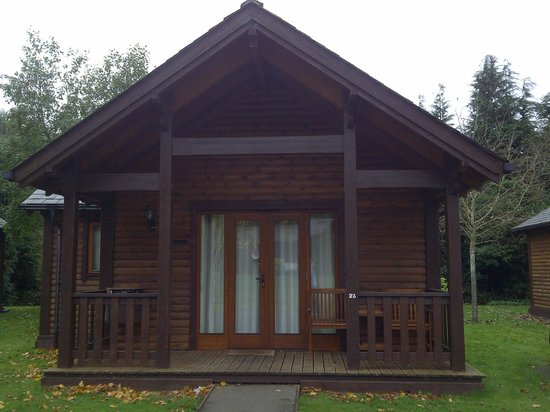 Tilford Woods Lodge Retreat: Our lodge in the day light