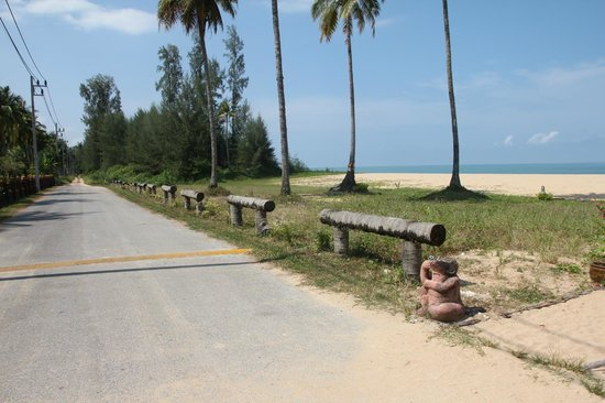 Khaolak Orchid Beach Resort: Smal road betwean the hotel and the beach