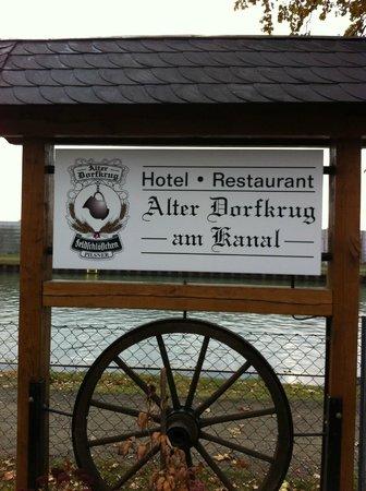 Alter Dorfkrug Am Kanal: Sign on the outside