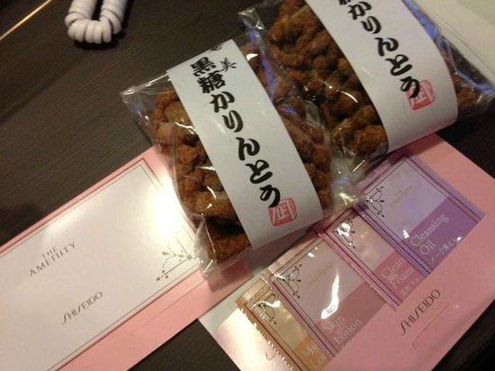 Silk Inn Kagoshima: チェックインの際にいただいたお菓子とアメニティー