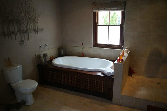 The Garden House: Cottage bathroom