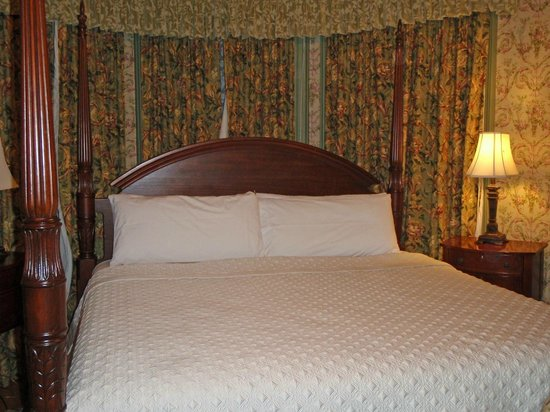 Fairholm National Historic Inn: kingsize 4 poster bed