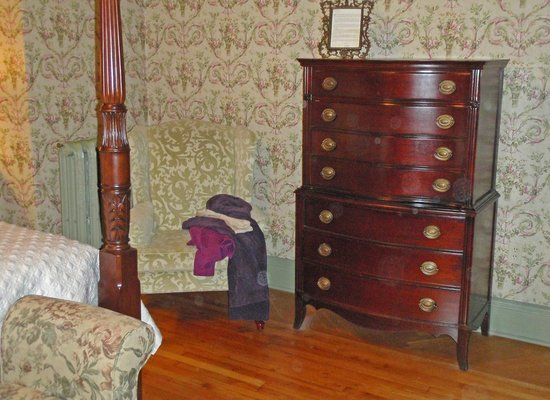 Fairholm National Historic Inn: antique furnishngs