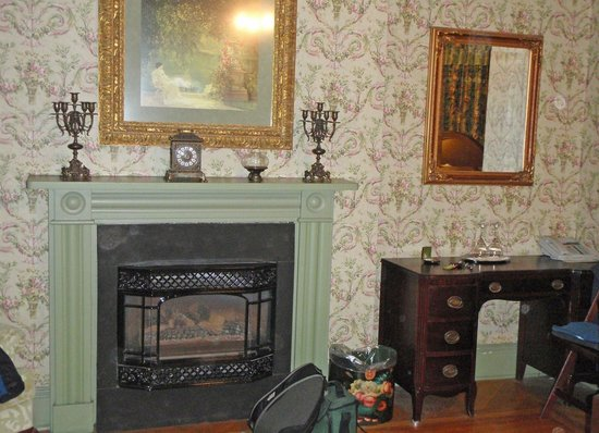 Fairholm National Historic Inn: cozy gas fireplace