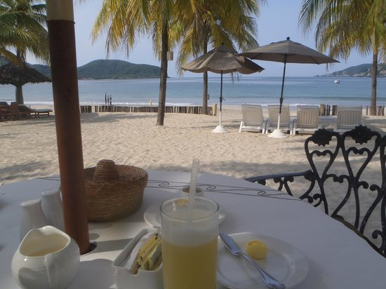 Viceroy Zihuatanejo: View of the beach at breakfast