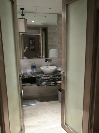 Pullman Shanghai Jing An: Very well appointed bathroom