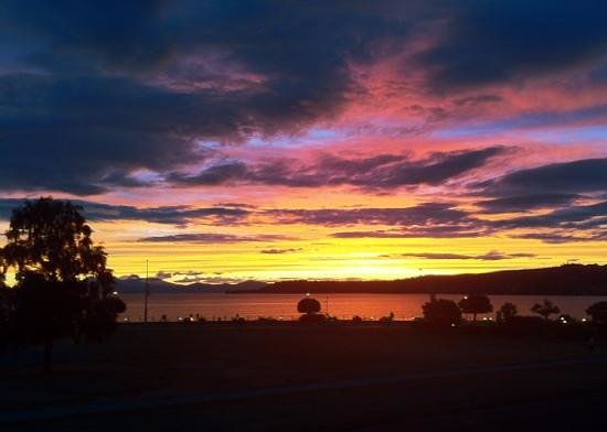 Suncourt Hotel & Conference Centre: sunset over Lake Taupo from our balcony