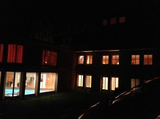 Breggers Schwanen: Rückseite eines Teils des Hotels in der Nacht