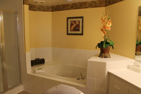 Holiday Inn Club Vacations At Orange Lake Resort: Jacuzzi in Master Bathroom