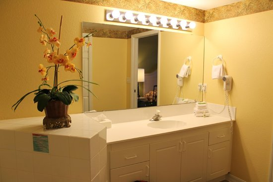 Holiday Inn Club Vacations At Orange Lake Resort: Sink in Master Bathroom