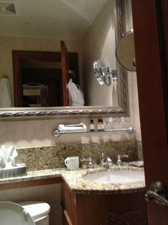 Fairmont Chateau Lake Louise: Lovely tiny bathroom