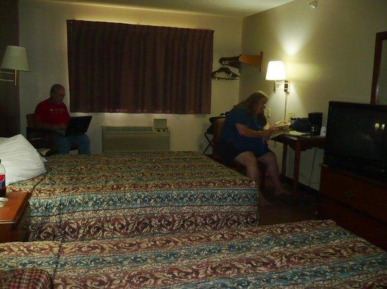 Super 8 Mason City: Enjoying our Room
