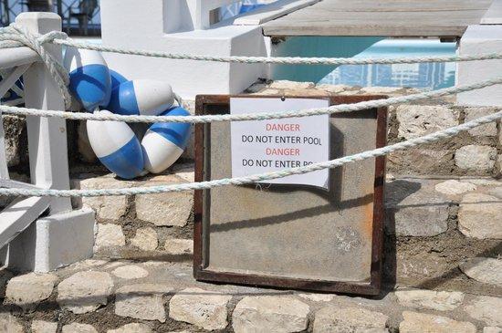 Hibiscus Lodge Hotel: Pool und Sonnenterrasse sind gesperrt.