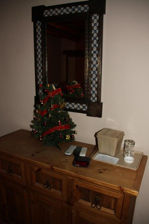 Casa Benavides Historic Inn: Dresser in the Acoma Room