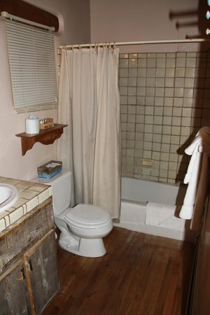 Casa Benavides Historic Inn: The bathroom
