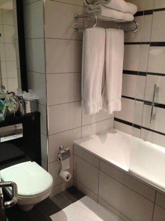 Crowne Plaza London Kensington: smart bathroom