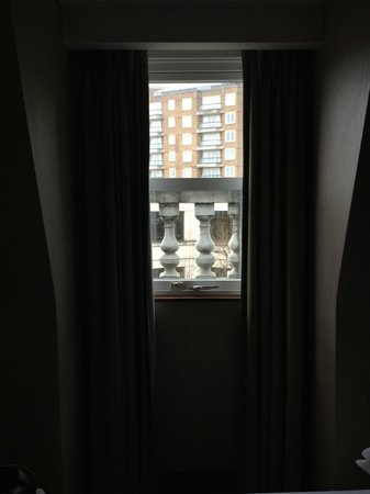 Crowne Plaza London Kensington: Small window => dark room and poor view :-(