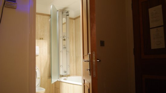 Hotel 82: Salle de bain