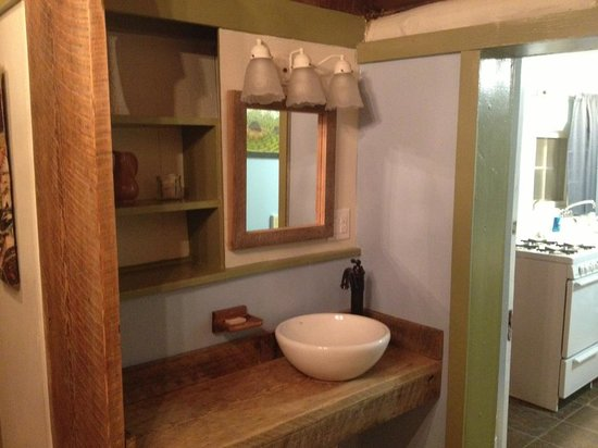 The Pines Cottages: Lovely raw wood wash area.