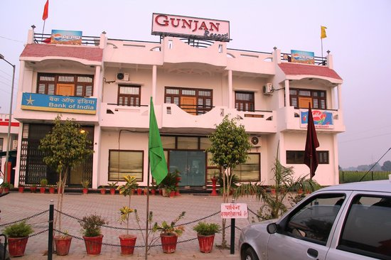 Firozabad, India: Gunjan Resorts Front View from the car parking