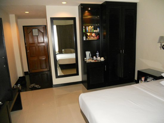 Pangkalan Bun, อินโดนีเซีย: bedroom with door to bath on right behind mirror and main room door