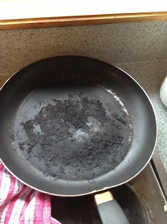 Te Anau Lakefront Backpackers : disgusting frying pan on offer