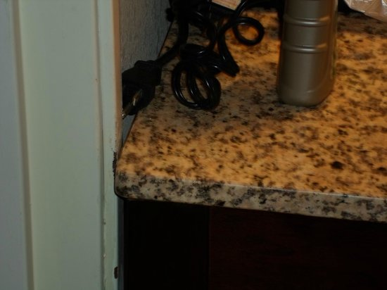 Comfort Inn & Suites Tinley Park IL: Damage to door trim from sink table