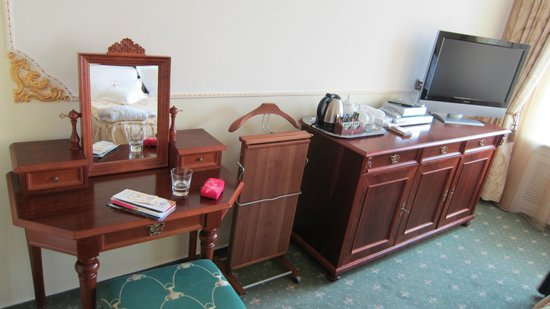 Hotel General: Dresser and small table