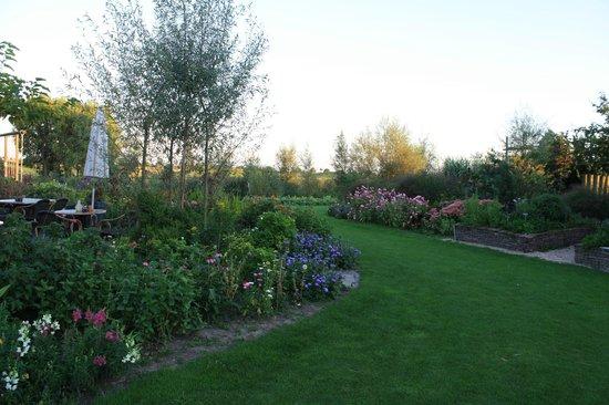 de Sfeerstal: More of the gardens surrounding the hotel