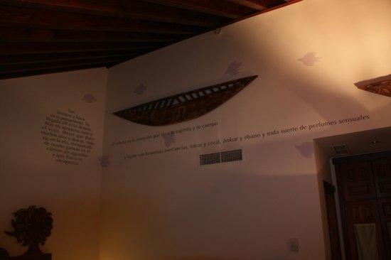 Gar-Anat Hotel Boutique: Decoración parte superior de una de las paredes