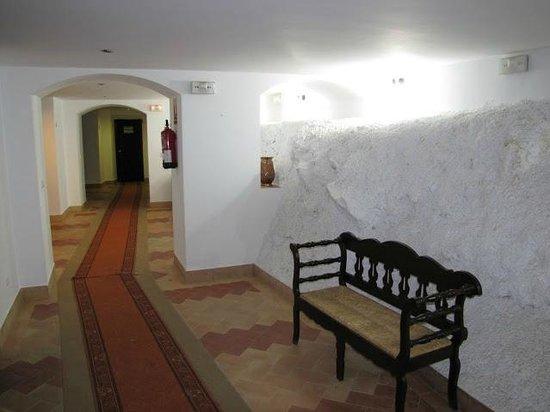 Hotel Arco de la Villa: Hotel Hallway / Mountain
