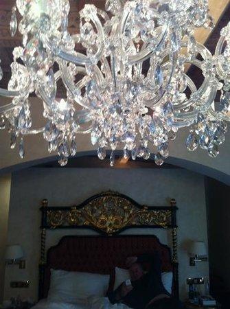 Alchymist Prague Castle Suites: lustre de notre chambre