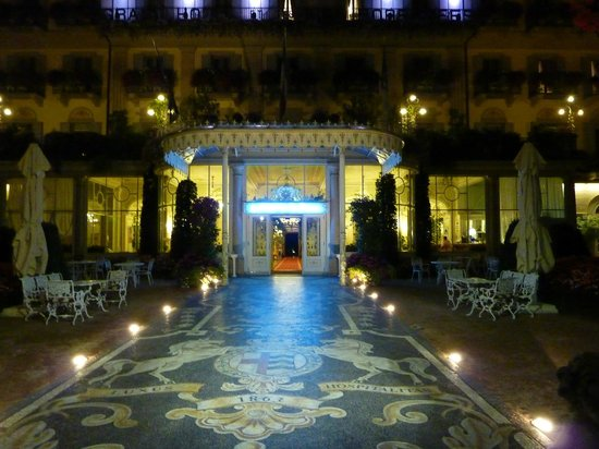 Grand Hotel des Iles Borromées & SPA: Entrance at night