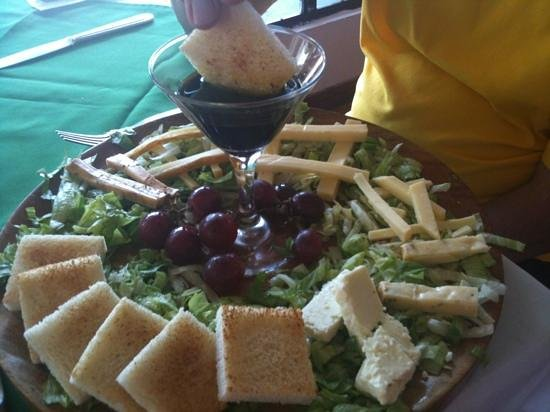 Restaurante Mar y Tierra: We enjoyed a delicious cheese plate featuring local Monteverde cheeses. Delicious!