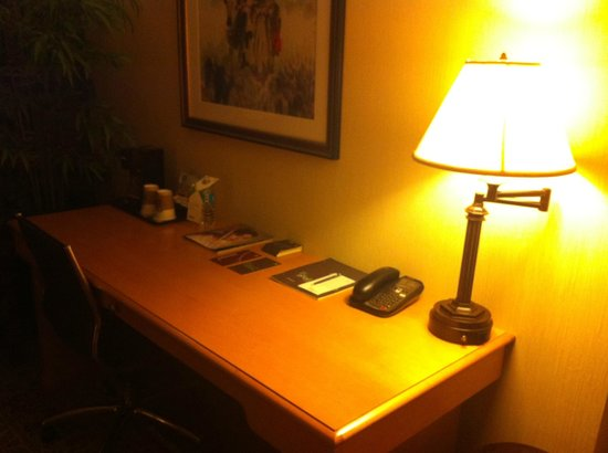 Sheraton LaGuardia East Hotel: Room 1109 Desk